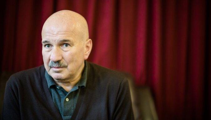 Latvijas pilsonībā par īpašiem nopelniem uzņem filmas 'Dvēseļu putenis' scenāristu