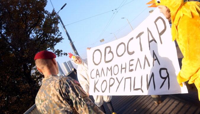 ФОТО: мужчины в костюмах цыплят протестуют против украинских яиц с сальмонеллой и ждут Зеленского
