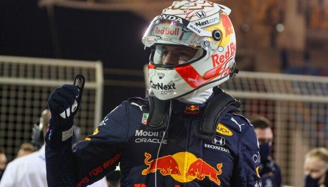 Verstapens F-1 sezonas pirmajā kvalifikācijā pieveic abus 'Mercedes' pilotus