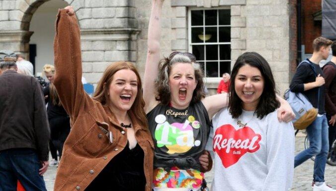 Foto: Desmitiem cilvēku Īrijā gavilē par abortu legalizāciju
