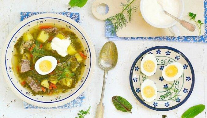 Īsta pirmsjāņu garša - spēcinoši atsvaidzinošas skābeņu zupas receptes