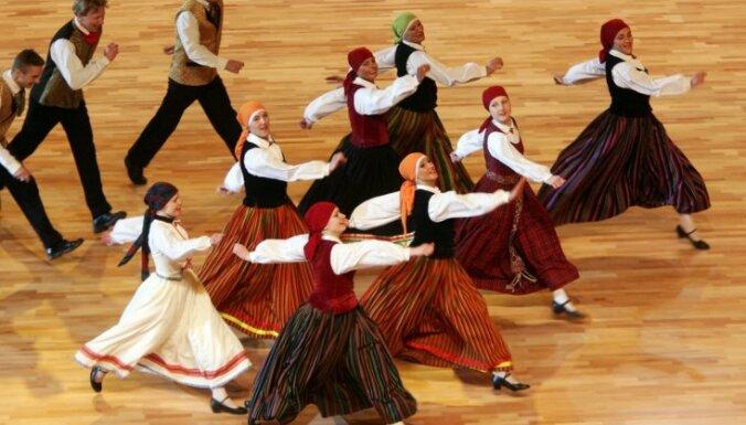 Опрос: латыши чаще людей других национальностей довольны жизнью в Латвии