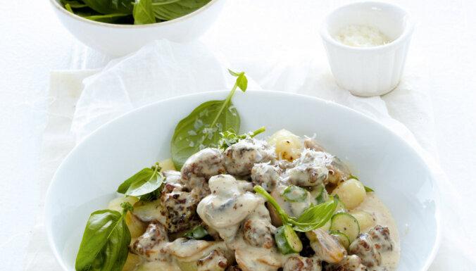 Gnocchi jeb kartupeļu klimpiņas ar sēņu un desiņu mērci