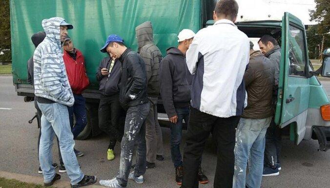 На улице Мукусалас полиция остановила грузовик, в котором находились 12 нелегалов