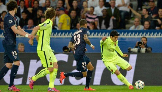 PSG defender Van der Wiel vs Barcelona  Suarez