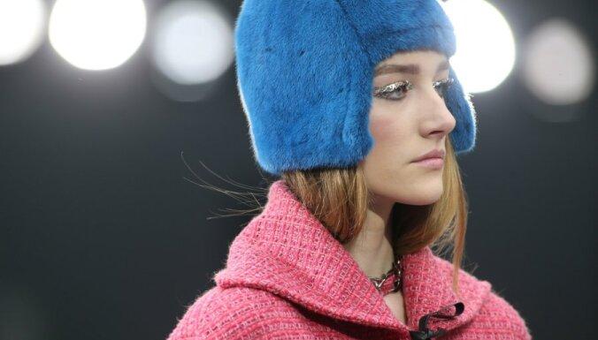 Парижская неделя моды: меховые шапочки и глобус от Chanel