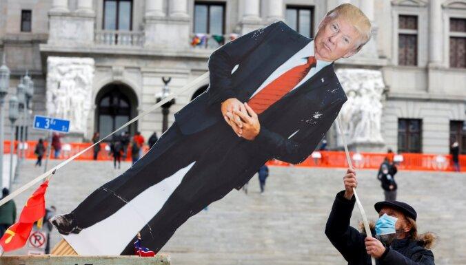 Baidens plāno atcelt virkni Trampa lēmumu