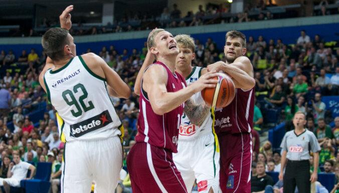 Latvijas basketbolisti pirms PK atlases viesos pārsteidz Lietuvu