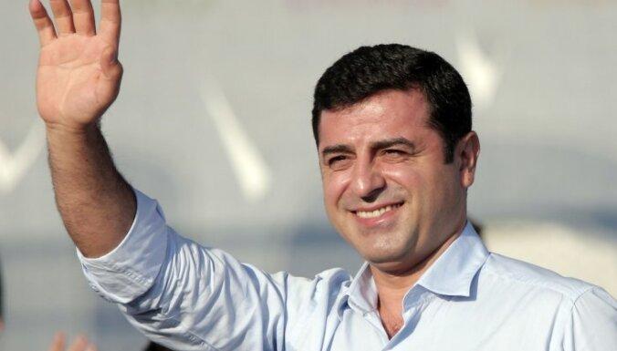 Turcijas tiesa apstiprina cietumsodu kurdu politiķim