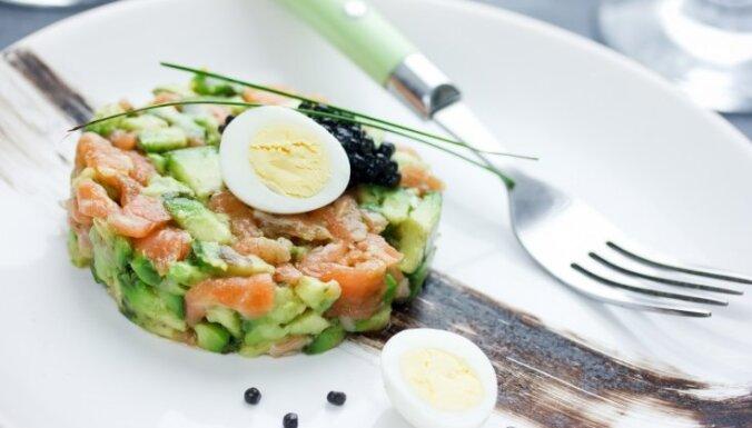 Laša tartars ar avokado un vārītu paipalu olu