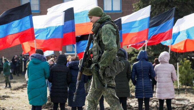 Zelenska komanda Krieviju nosauc par okupantu pēc lēmuma atvieglot pilsonības piešķiršanu Donbasā