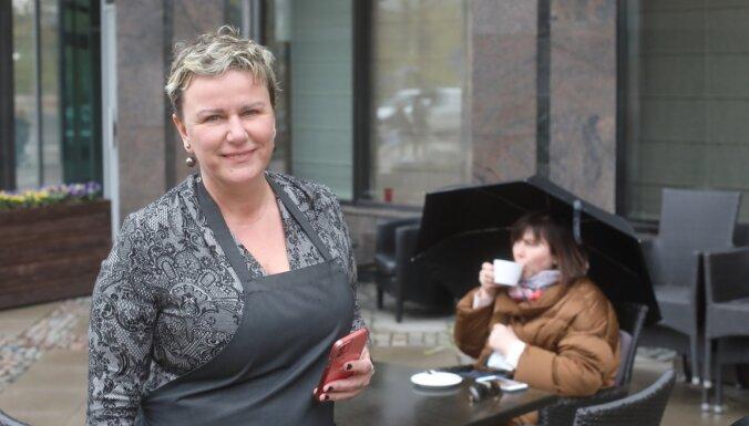 Foto: Cilvēki Rīgā izmanto iespēju pusdienot āra terasēs