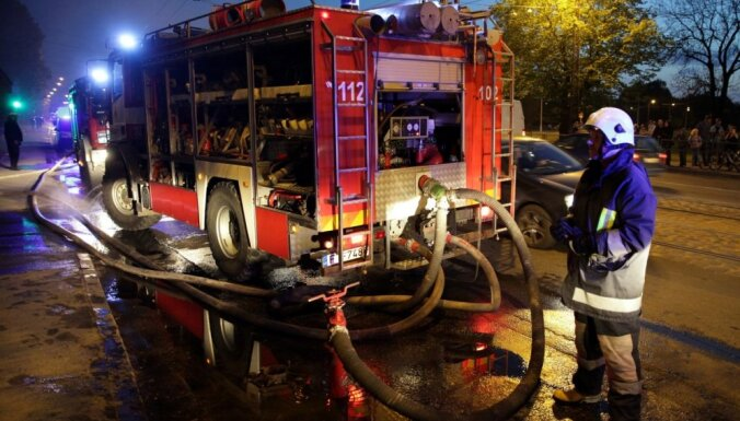 Rīgā no degoša dzīvokļa izglābj 69 gadus vecu vīru