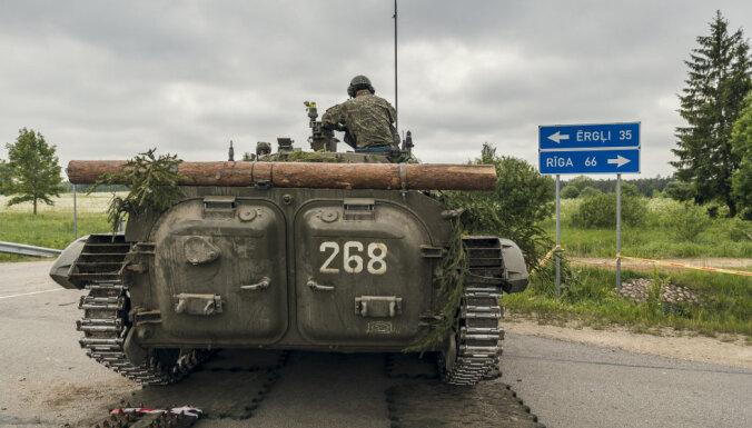 На Рижской окружной дороге перевернулся прицеп военной машины