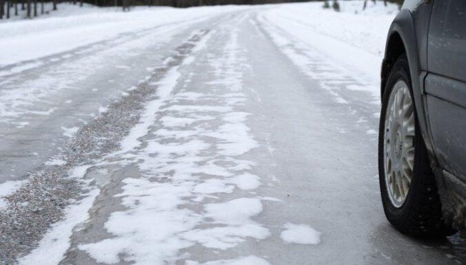 Daudzviet Latvijā braukšanu apgrūtina apledojušie ceļi