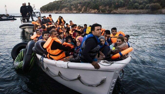 No bēgļu nometnēm Lībijā uz Eiropu nākamgad varētu pārvietot apmēram 10 000 cilvēku