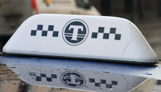 Stratēģiski svarīgās vietās taksometriem varētu noteikt cenas griestus un kvalitātes kritērijus