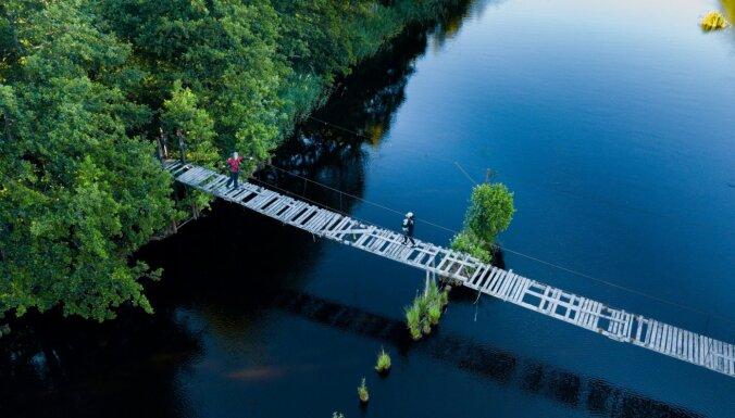 Atjaunos nozīmīgu trošu tiltu Ziemeļkurzemē, kas iekļauts pārgājienu un velo maršrutos