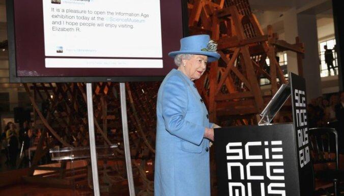 Foto: Karaliene Elizabete publicē savu pirmo 'tvītu'