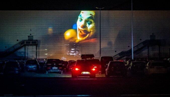 Koncerti un kino, neizkāpjot no sava auto. Jauns formāts vai pandēmijas laika ielāps?