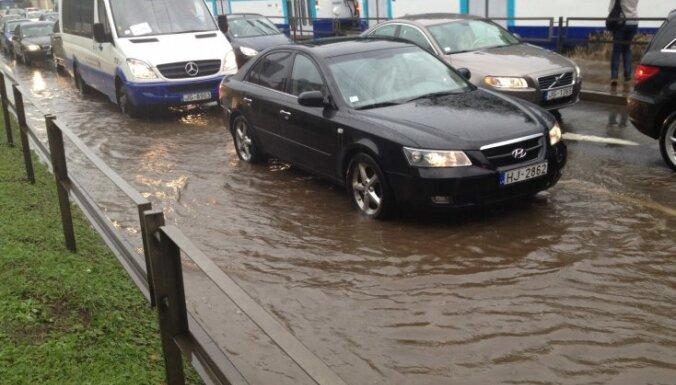 """Страховщики не покрывают ущерб за """"утонувшие в лужах"""" автомобили"""