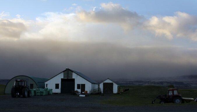 Vulkāna izvirduma dēļ Īslande slēdz aviosatiksmei lielāko daļu gaisa telpas