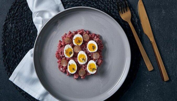 Рецепт от шеф-повара. Тартар из говядины с маринованным луком и перепелиными яйцами