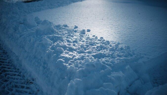 Naktī uz otrdienu gaisa temperatūra vietām var noslīdēt līdz -20 grādiem