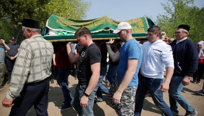 Foto: Krievijā atvadās no Kazaņas slaktiņā nogalinātās skolotājas