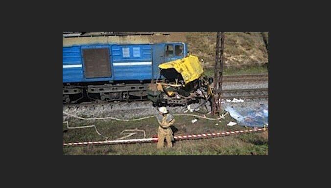 Vilciena un autobusa sadursmē Ukrainā jau 42 upuri (15:36)