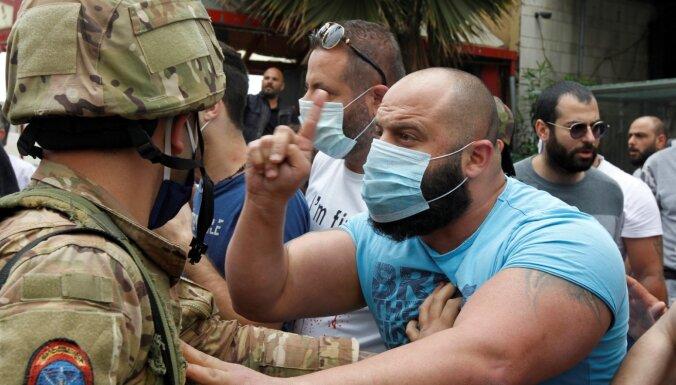 Demonstranti Libānas pilsētā demolē bankas