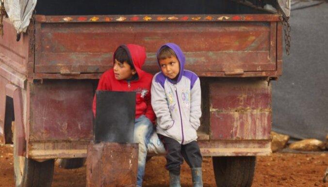 Ģimenes ar bērniem un svešvalodas – Latvijas robežsargi sāk 'bēgļu atlasi' Grieķijā