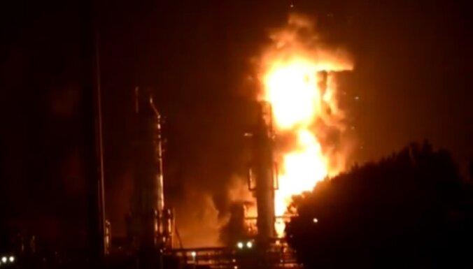 Video: 'Shell' naftas rūpnīcā Nīderlandē nogrand sprādziens; divi cietušie