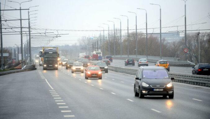 Avārijas Lāčplēša ielā dēļ uz Salu tilta veidojas sastrēgums