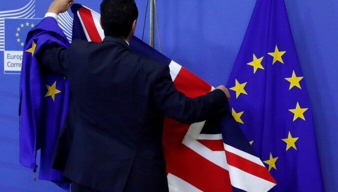 Londona un Brisele turpina 'Brexit' sarunas, cenšoties rast izeju no strupceļa