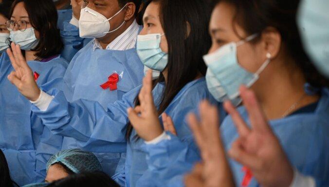 Apvērsums Mjanmā: ārsti pārtrauc darbu un uzsāk protestu