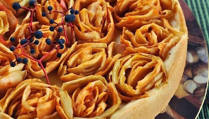 Vienkāršas mīklas pīrāgs ar ābolu rozītēm