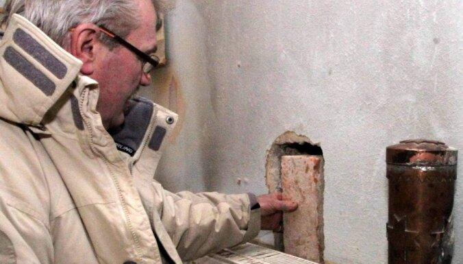 Foto: Vēsturiskas Sasmakas ēkas sienā atrod 76 gadus senu kapsulu