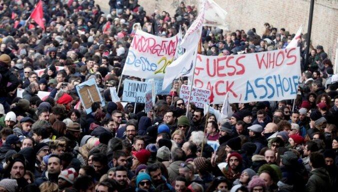 Foto: Mančeratā tūkstošiem cilvēku protestē pret fašismu un rasismu