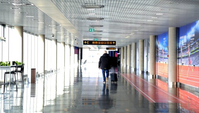Lidostā 'Rīga' ielidojušo tiešo pasažieru skaits līdz robežas slēgšanai nav krities, dienu pirms tās – pieaudzis