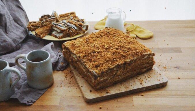 Sulīgā medus kūka ar skābā krējuma krēmu