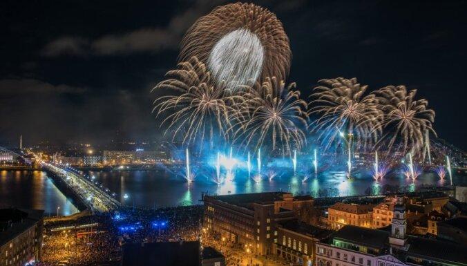 Latvijas simtgades salūtu noskatījušies desmitiem tūkstoši cilvēku