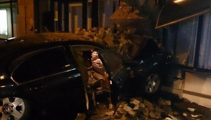 В Бауске судят водителя BMW, протаранившего банк