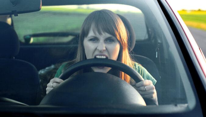 Вниманию водителей: с завтрашнего дня вступают новые правила на перекрестке улиц Бикерниеку и Лиелвардес