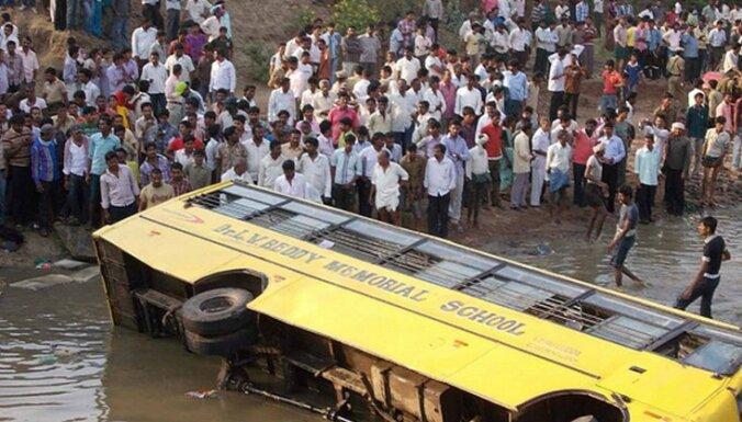 В Индии автобус со школьниками упал в пруд, 14 погибли