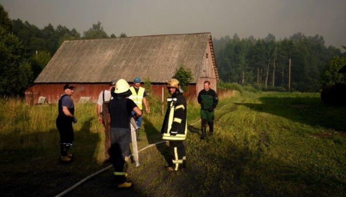 Valdgales pagasta ugunsgrēka dzēšanā prasa palīdzību Lietuvai; cietis viens ugunsdzēsējs (plkst. 21.37)