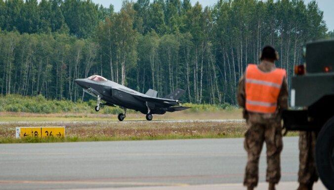 Foto: Lielvārdē uzņem un uztanko pasaulē modernākos iznīcinātājus 'F-35'