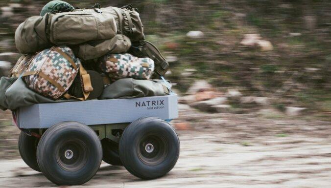 ФОТО: Инженеры тестируют произведенный в Латвии боевой беспилотный мини-вездеход