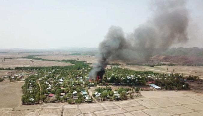 NVO ceļ trauksmi: Mjanmas armija dedzina arī rakīnu ciemus