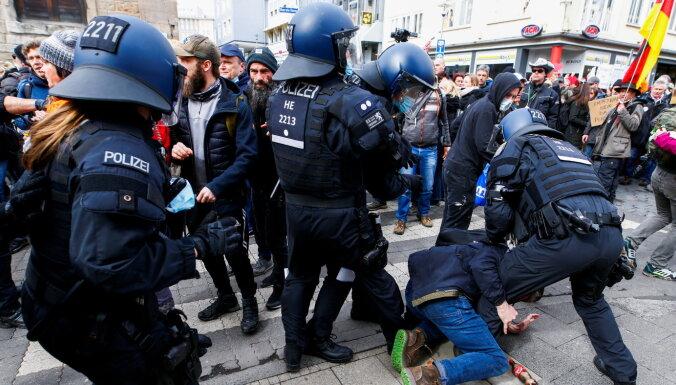 Коронавирус: Польша и Франция вводят ограничения, европейцы протестуют против локдауна